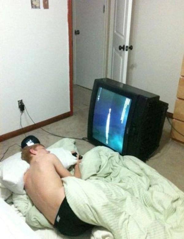 Người nằm thì TV cũng phải nằm mới chịu