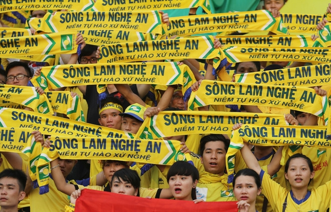 Hình ảnh cổ động viên Sông Lam Nghệ An tại sân Vinh