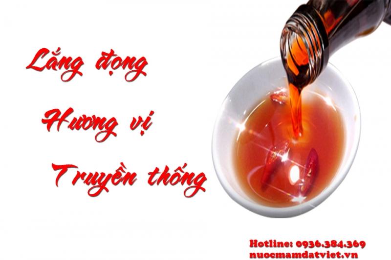 Nước mắm Diêm Điền có màu vàng hổ phách, thơm như mật, hương vị quyến rũ đến lạ kỳ.