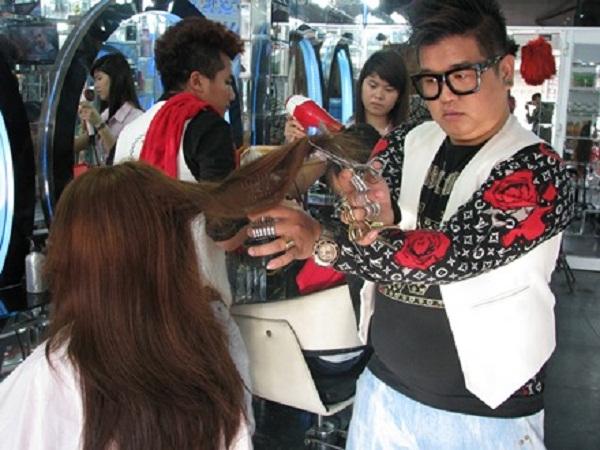 Phù thủy tóc Nguyễn Hoàng Hưng đang trổ tài cắt tóc cho khách