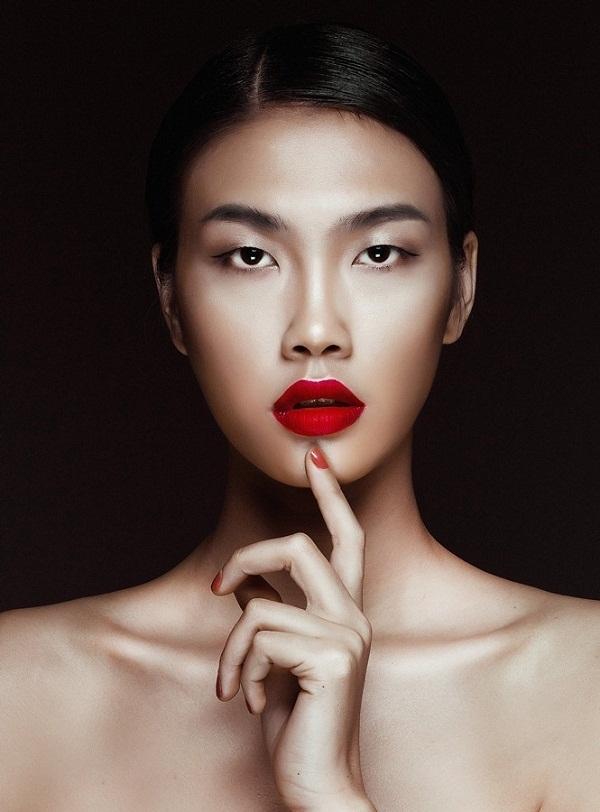 Với đôi mắt một mí và đôi môi gợi cảm, Nguyễn Oanh tạo nên nét mới lạ cho người xem.