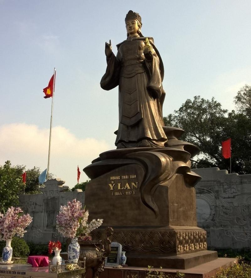 Tượng đồng Nhiếp chính Ỷ Lan tại Văn Miếu Mao Đồng, Hải Dương