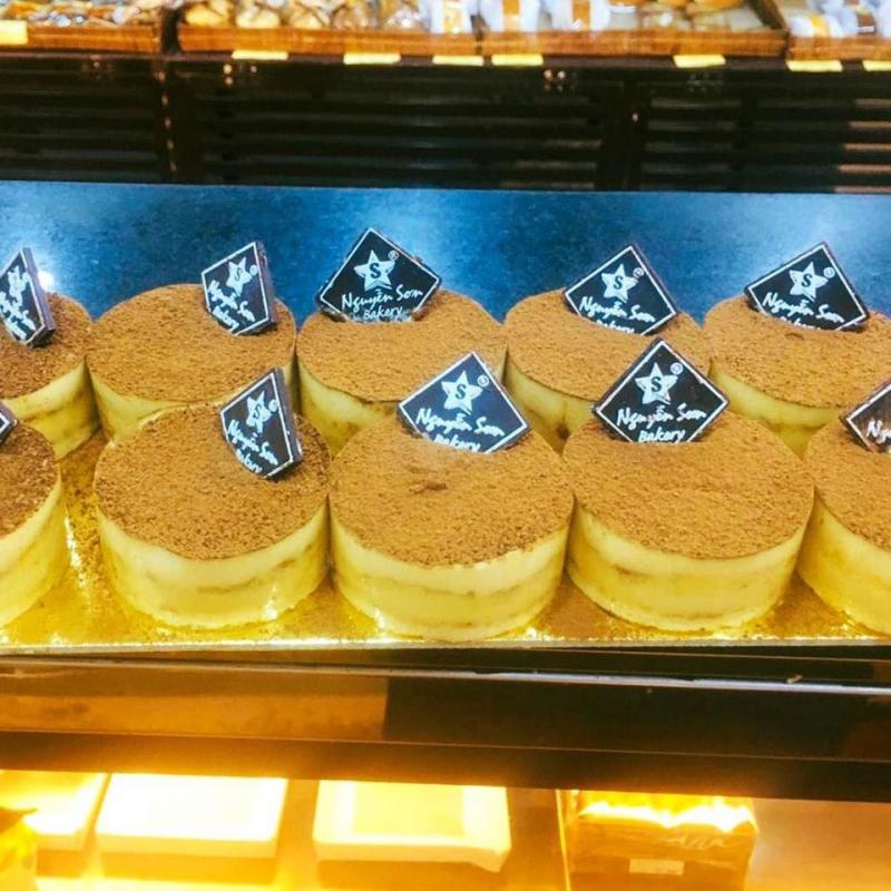 Một hệ thống bánh ngọt với rất nhiều chi nhánh ở khắp Hà Nội mà bạn không thể bỏ qua đó chính là Nguyễn Sơn Bakery