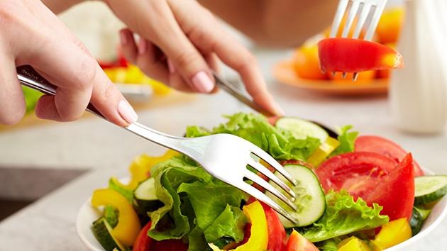 Nên ăn uống lành mạnh, bổ sung nhiều rau xanh và chất xơ