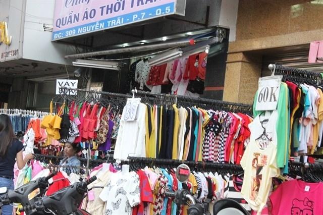 Các mặt hàng thời trang được bày bán nơi đây