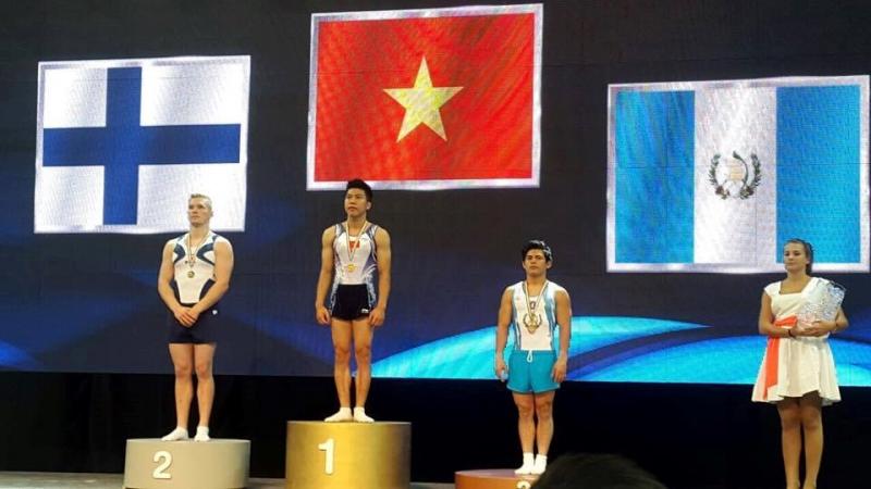 Nguyễn Tuấn Đạt (giữa) giành huy chương vàng tại Cúp TDDC thế giới 2016
