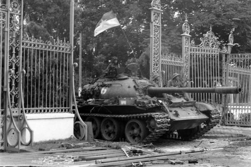 Phóng viên TTXVN Trần Mai Hưởng có mặt kịp thời và chụp được khoảnh khắc lịch sử xe tăng Quân giải phóng tiến vào Dinh Độc Lập, trưa 30/4/1975