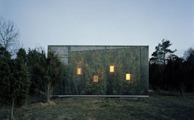 Ngôi nhà cùng chìm dần vào màn đêm với cỏ cây