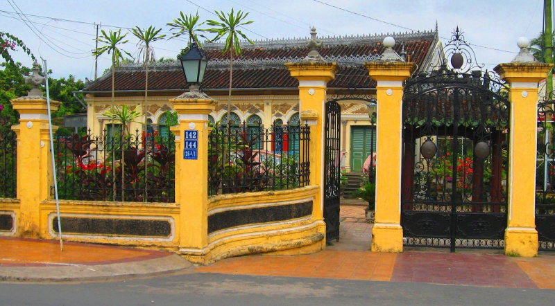 Cổng nhà được xây kiên cố bằng bê tông và sắt theo kiểu dinh thự Pháp