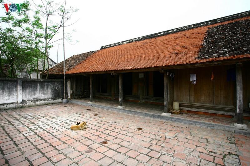 Ngôi nhà được làm chủ yếu bằng gỗ với 29 cột mái, mái nhà được làm bằng 16.000 viên ngói vảy cá