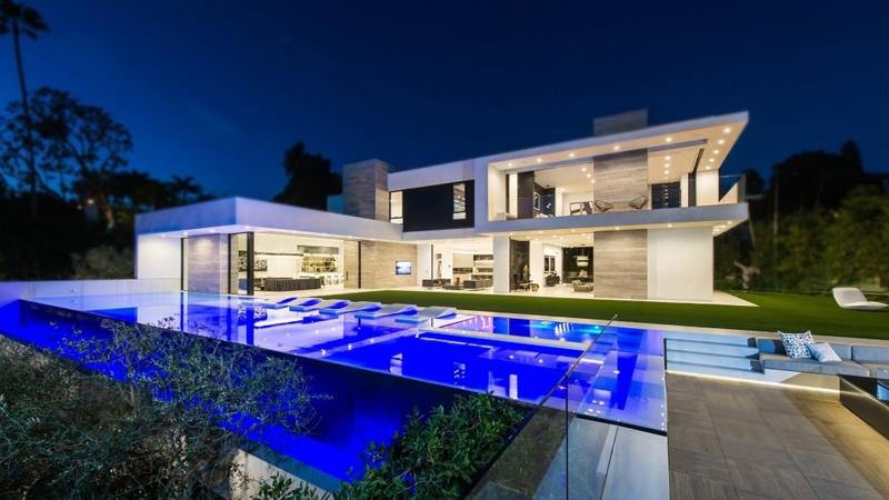 Toàn bộ ngôi nhà và xung quanh đều rất thoáng, phù hợp với một cái bể bơi xanh mướt bên hông nhà. Sang trọng mà đẹp mắt.