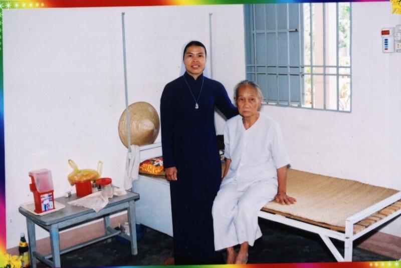 Sơ và cụ già hơn 80 tuổi tại nhà dưỡng lão nhân ái