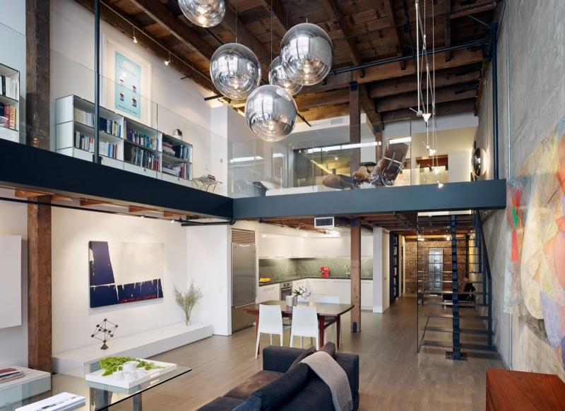 Phong cách hiện đại, sáng tạo làm cho ngôi nhà đẹp hơn rất nhiều. Một điểm nữa khi ta đứng trên gác thì sẽ quan sát được mọi việc ở phòng khách và phòng bếp. Chiếc cầu thang không đến nỗi chiếm quá nhiều diện tích.
