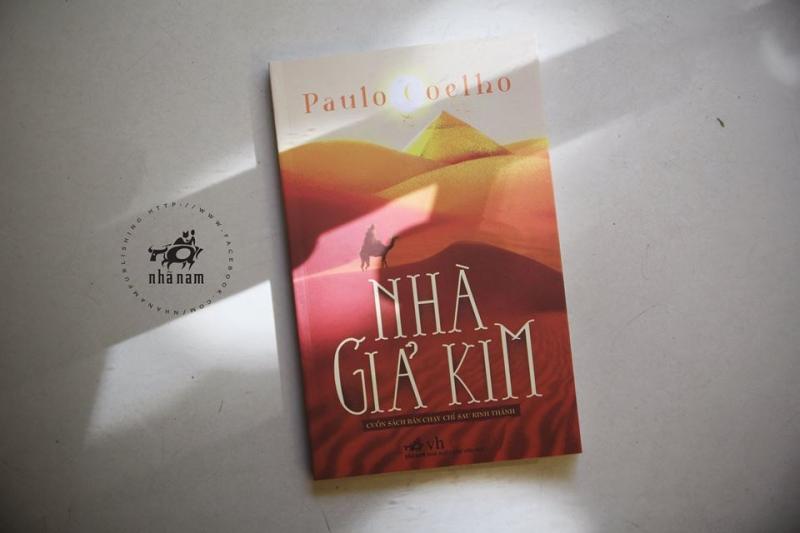 Nhà Giả Kim được phát hành bởi công ty Nhã Nam.