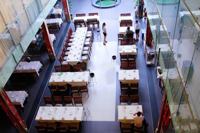 Không gian nhà hàng sạch sẽ, thoáng đãng