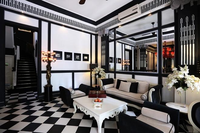 Nhà hàng mang lối kiến trúc Pháp luôn đóng kín và khách đến phải tự mình mở cửa để bước vào.