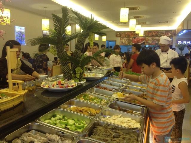 Bàn ăn trung tâm tại lẩu nướng Sami - Royal City