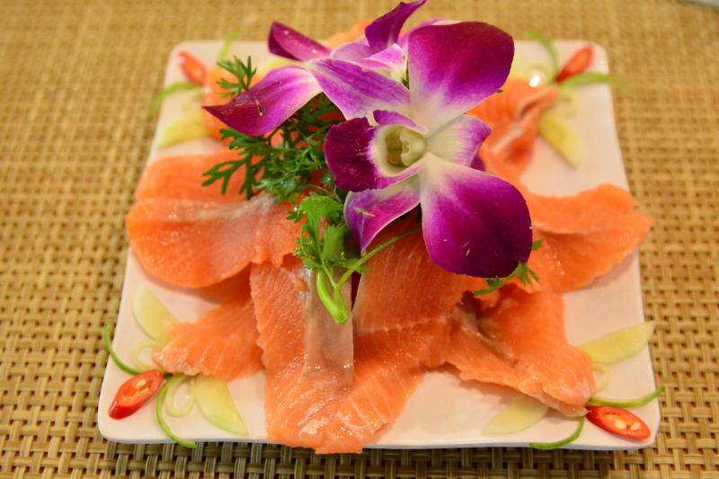 Thịt cá hồi tươi ngọt, bạn có thể thoải mái lựa chọn món ăn theo sở thích của mình.