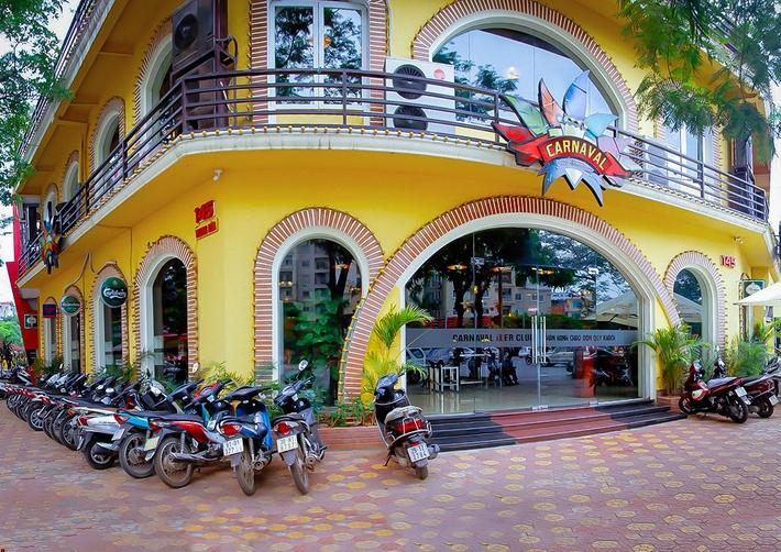 Nhà hàng Carnaval tọa lạc trên diện tích rộng tới 1000m2 với 3 mặt đều nhìn ra phố xá sẩm uất