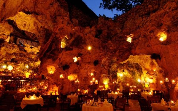 Nhà hàng Cave Ali Barbour tại bãi biển Diani, Kenya