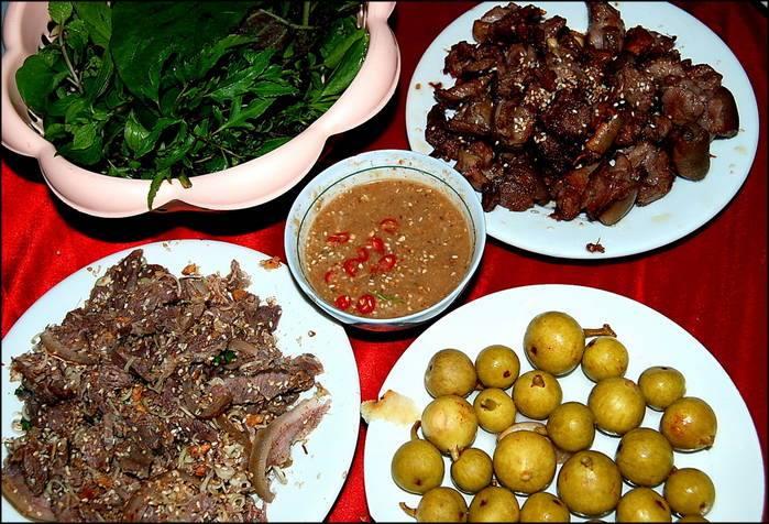 Nhà hàng Dũng Phố Núi chiếm ưu thế ở địa điểm hoạt động khi nằm gần khu du lịch Tràng An.