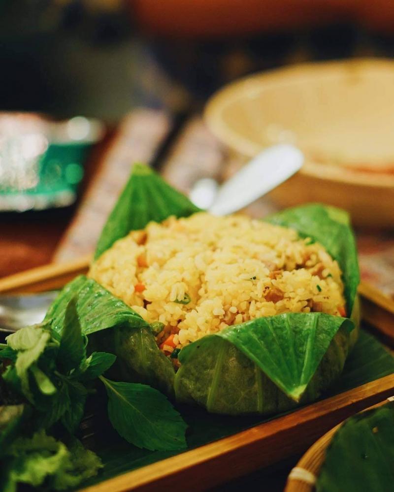 Mon cơm hấp lá sen, một đặ sản ẩm thực nổi tiếng tại Huế của nhà hàng Gạo
