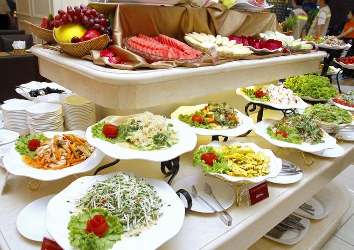 Các đĩa đồ ăn tại Global BBQ Buffet được bày biện nhiều, không độn đồ ăn như nhiều nơi khác
