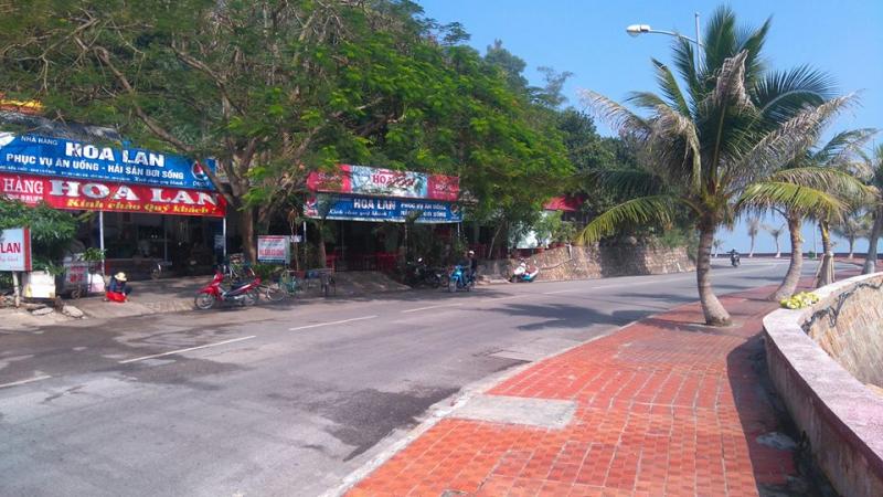 Không gian bên ngoài nhà hàng Hoa Lan