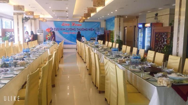 Nhà hàng có khuôn viên rộng rãi, sang trọng với bốn tầng lầu có thể phục vụ cùng lúc tới hơn 100 thực khách