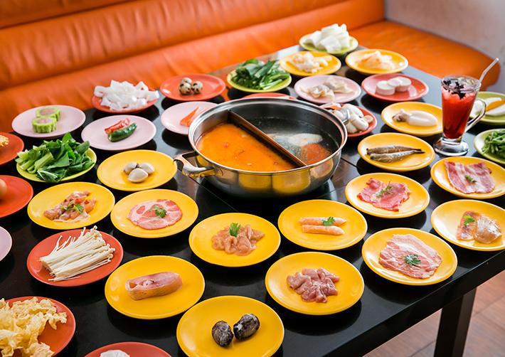 Đầy đủ hương vị mặn, ngọt của hàng chục món ăn đã góp phần tạo nên vị đậm đà, thơm ngon của nước lẩu.