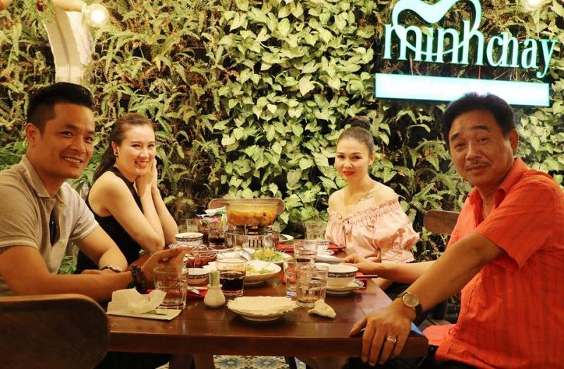 Thực khách thưởng thức món ăn tại nhà hàng Minh Chay