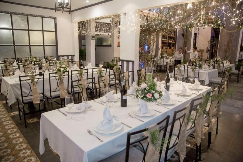 Nhà hàng theo phong cách Tây nên rất chú trọng việc decord và trang trí, sân vườn cực thoáng và lãng mạn
