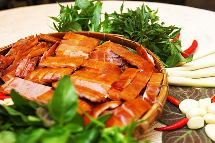Nhà hàng Quá Ngon sở hữu không gian mở, rộng rãi, thoáng mát; thức ăn ngon miệng