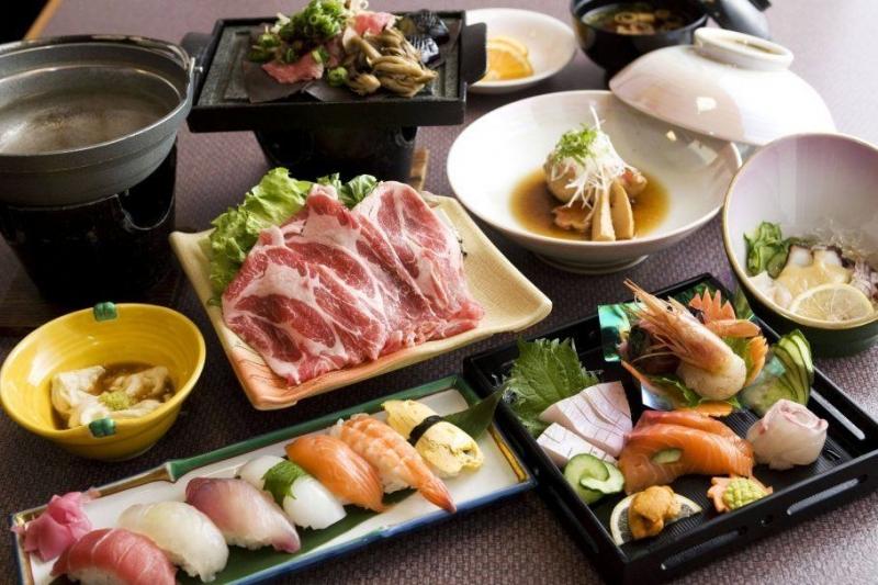 Nhà hàng Sashimi BBQ Garden chuyên phục vụ các món lẩu nướng theo phong cách Nhật Bản