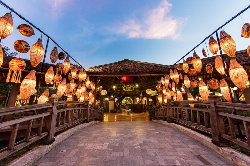 Không gian thiết kế của nhà hàng Sen Tây Hồ lấy cảm hứng từ hoa sen, hoa súng và kiến trúc cung đình xưa