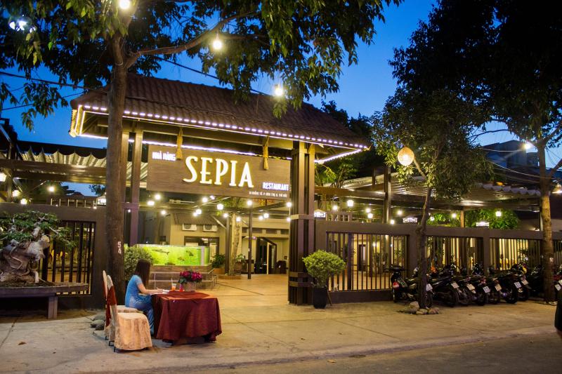 Nhà hàng Sepia trang trọng, bắt mắt ngay từ cổng vào