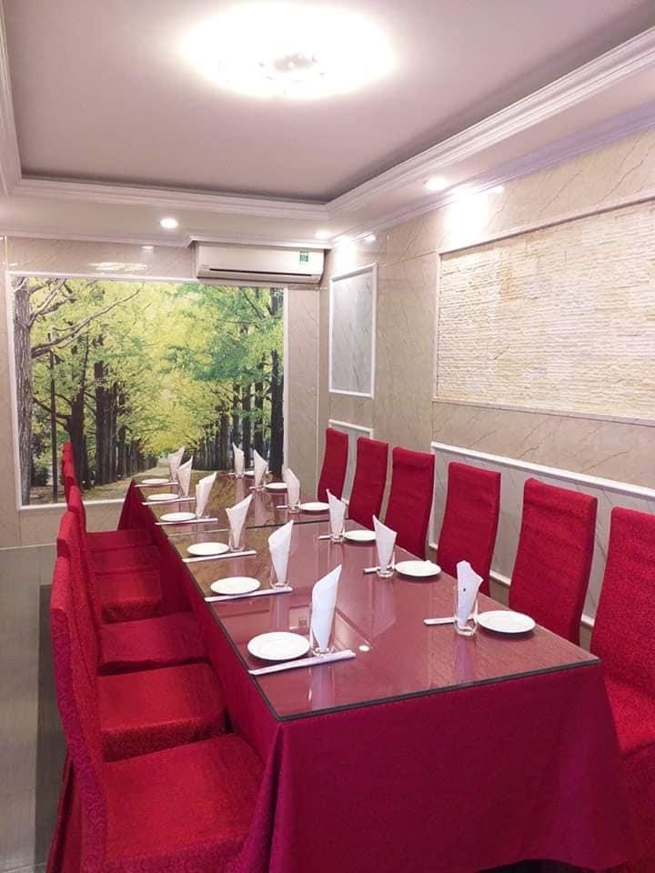 Nhà hàng có không gian rộng rãi, có nhiều phòng riêng tạo không gian riêng tư, ấm cúng cho thực khách, mỗi phòng đều được trang trí rất đẹp mắt