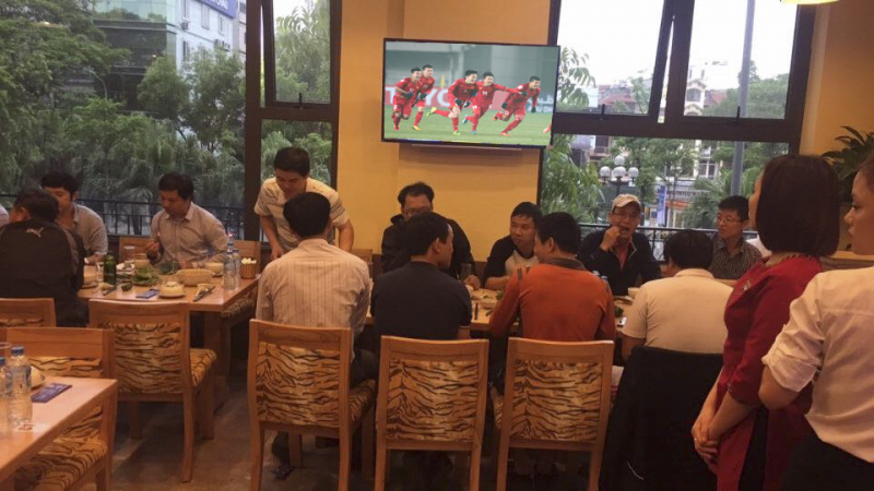 Hệ thống màn hình tivi tại nhà hàng Song Dương sẵn sàng chiếu các trận đấu bóng để phục vụ thực khách