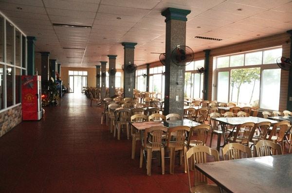Không gian nhà hàng rộng rãi, sạch sẽ