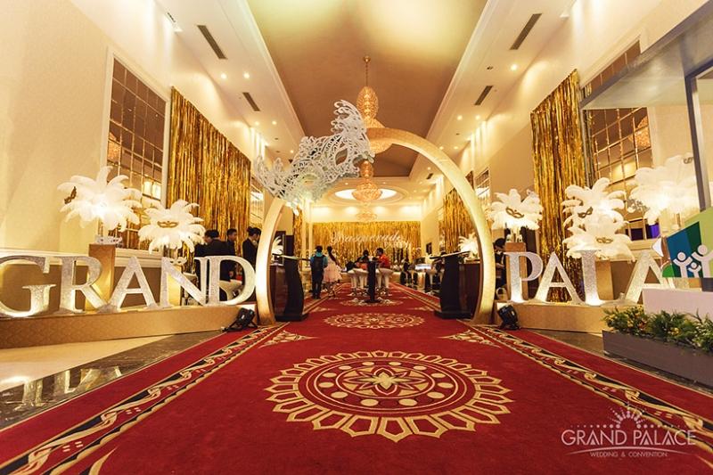 Nhà hàng tiệc cưới Grand Palace nổi bật trên đường Cộng Hòa như một cung điện tráng lệ, sang trọng