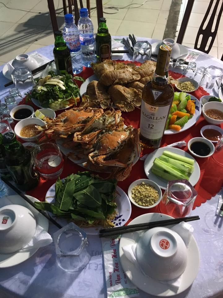 Các món ăn chế biến từ hải sản tươi sống tại nhà hàng Vạn Hoa - Hòn Dáu
