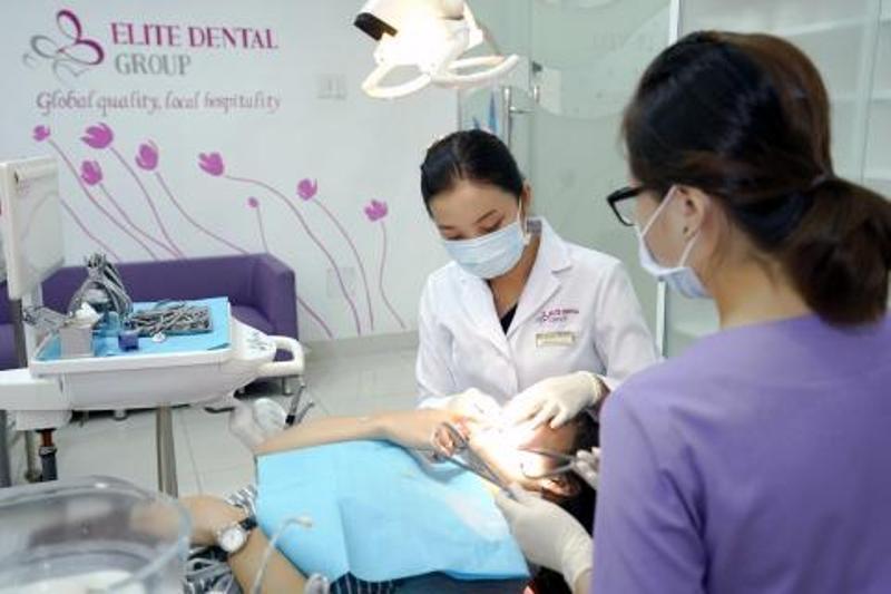 Bác sĩ khám răng cho bệnh nhân tại Elite