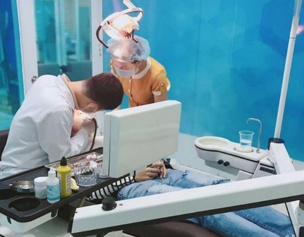 Khách hàng cạo vôi răng bằng máy siêu âm tại nha khoa Hollywood