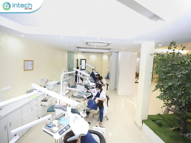 Đội ngũ bác sĩ chỉnh nha đang thăm khám, điều trị cho khách hàng