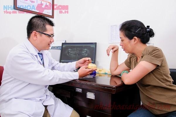Bác sĩ của nha khoa Sài Gòn BH tư vấn điều trị nha chu cho bệnh nhân