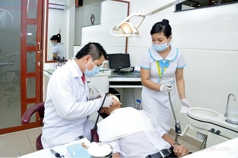 Bác sĩ điều trị viêm nha chu cho bệnh nhân