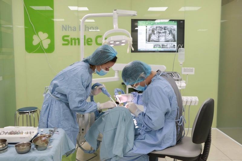 Bác sĩ đang thực hiện kỹ thuật trồng răng Implant cho bệnh nhân