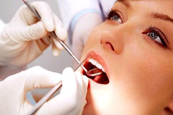 Nha sĩ thăm khám răng
