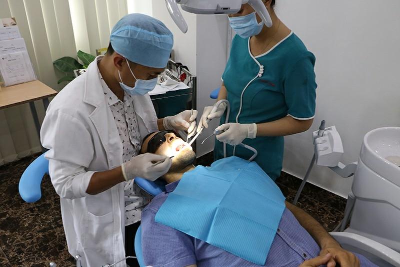 Khách hàng điều trị nha chu tại nha khoa Ucare