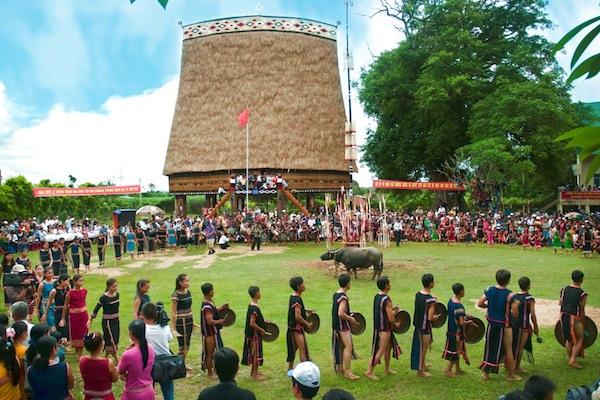 Các hoạt động lễ hội văn hóa diễn ra ở trước nhà rông